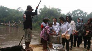 Puan Maharani yang tengah memborong kerupuk karak di atas getek. sumber: liputan6.com