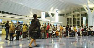 antrian penumpang di bandara Haneda. sumber: media.gettyimages.com