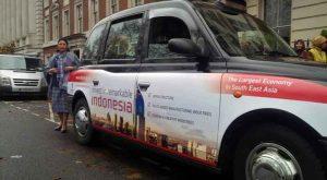 stiker Visit Indonesia di salah satu Black Cab.