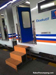 Sayangnya lantai peron belum sejajar dengan gerbong, alhasil naik turun gerbong harus memakai tangga.