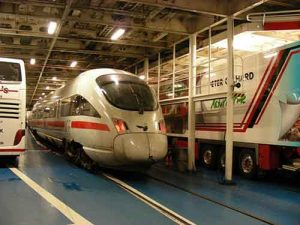 Kereta cepat pun menggunakan jasa kapal ferry kereta.