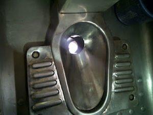 penampakan toilet bolong kereta api. sumber: bocahinfo.files.wordpress.com